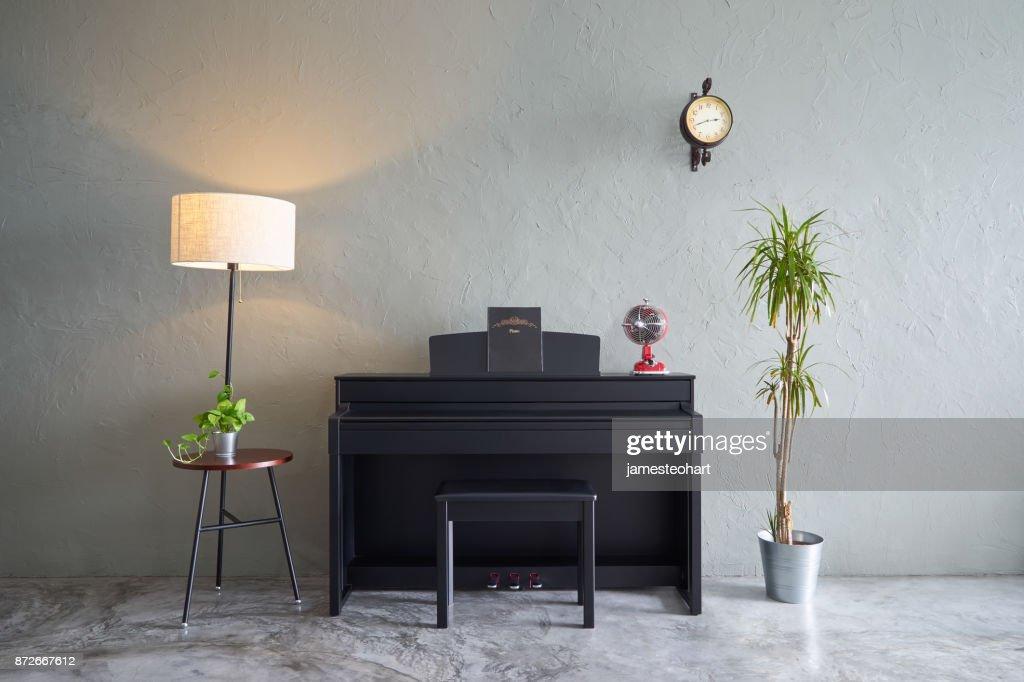 Modernes wohnzimmer mit klavier ventilator uhr grünpflanze und