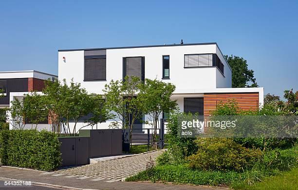 Modernen weißen Haus Garten mit der Vorderseite