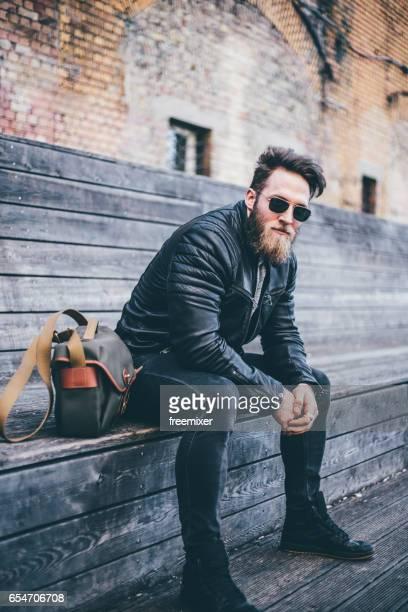Homme moderne avec barbe posant