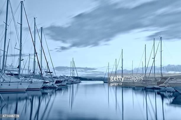 Moderne mediterrane marina am Abend