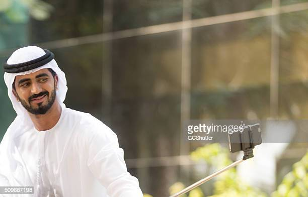 Modernen nahöstlichen arabische Mann nehmen Selfie im Park