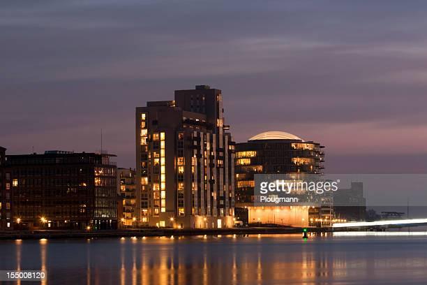 Moderno nuevas caras de Copenhague, por noche