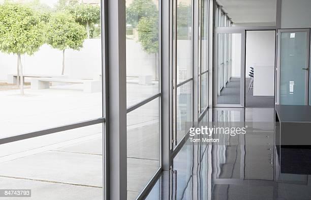 Moderne Bürogebäude und Innenhof