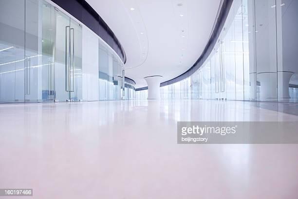 Couloir de bâtiment de bureau moderne