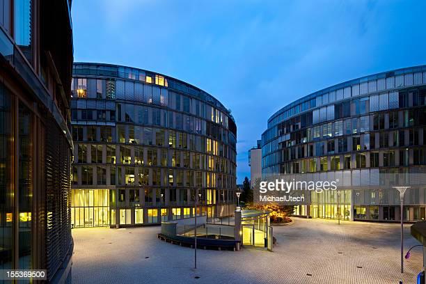 Modernes Bürogebäude in der Nacht