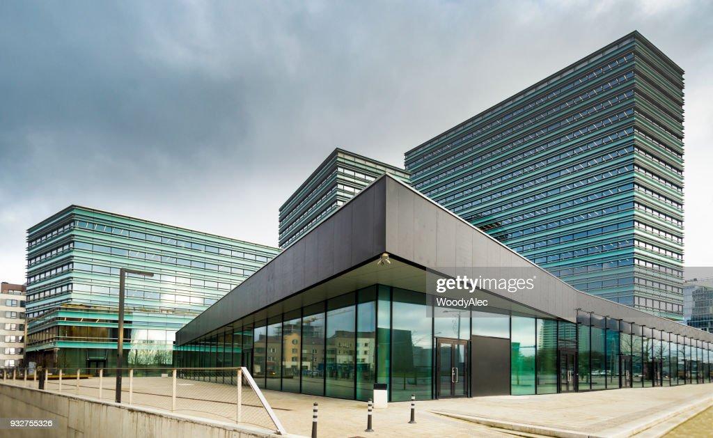 Bureaux modernes salles avec parois en verre transparent rendu d