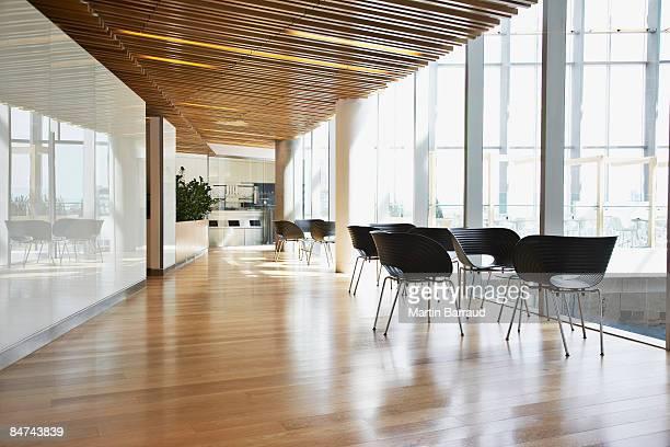 近代的なオフィスの廊下