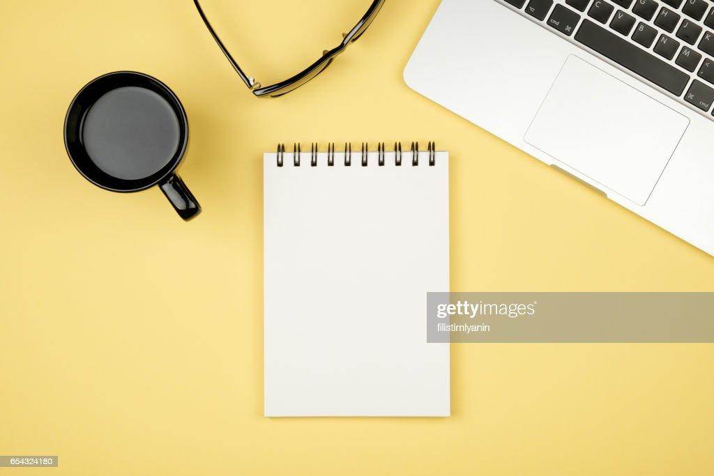 Table de bureau moderne bureau avec ordinateur portable page