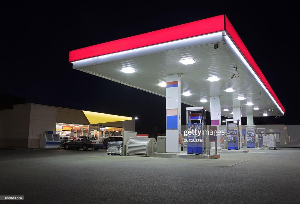 Modern Service-Station mit Store bei Nacht : Stock-Foto