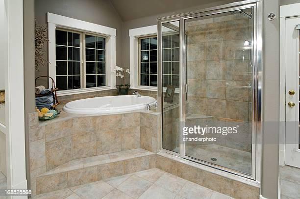 Moderne Dusche in Marmor und Fliesen
