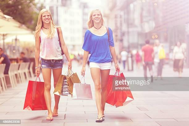Moderne Schwestern zu Fuß auf shopping street