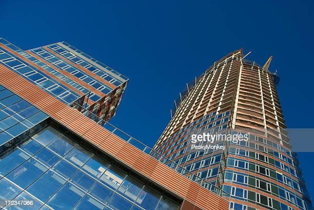 Moderne Wolkenkratzer unter Konstruktion blauen Himmel