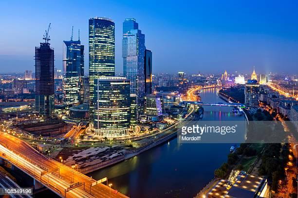 Gratte-ciels modernes pendant la nuit. La ville de Moscou. En Russie