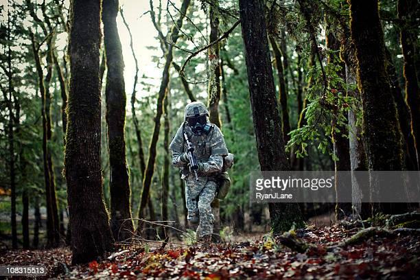 Soldado moderno no escuro floresta com Arma de Fogo