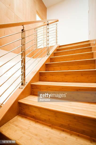 Moderne Treppe mit Geländer aus Metall