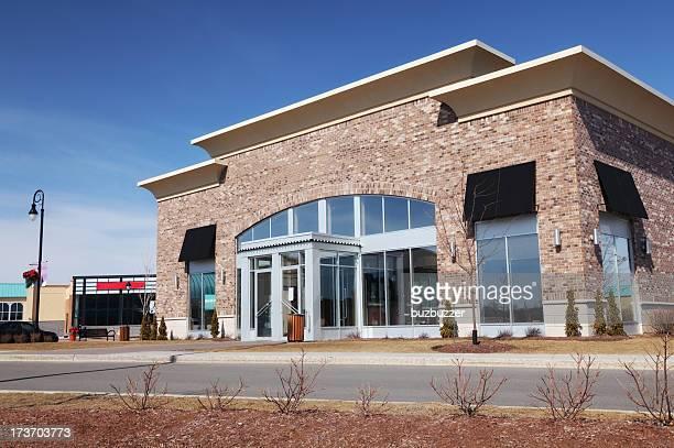 Magasin moderne de l'extérieur du bâtiment