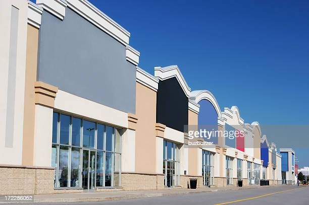 モダンなストリップモール店の建物