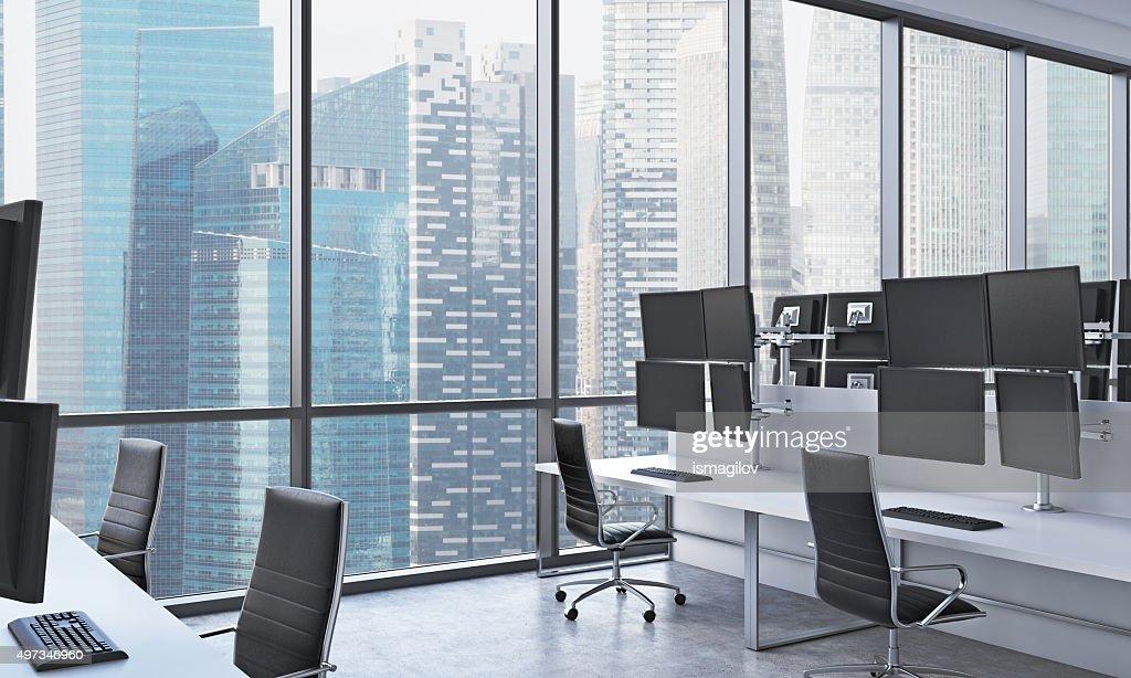 Moderne de traders lieu de travail dans un espace de bureau