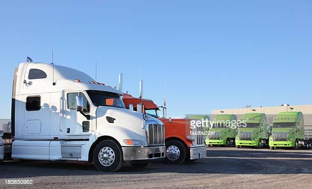Moderne Transporter Trucks geparkt