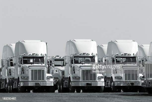 Moderne Truck Flotte in Monochrom