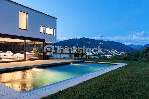 Moderna villa con piscina foto stock thinkstock for Huurkoop woning