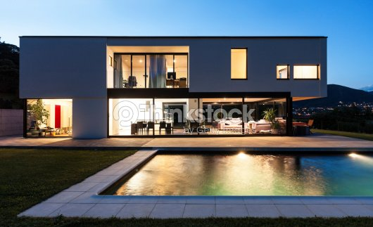 moderne villa mit pool stock foto thinkstock. Black Bedroom Furniture Sets. Home Design Ideas