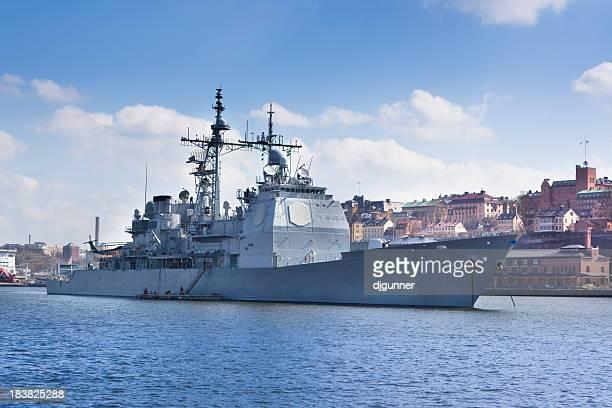 Moderna warship en puerto