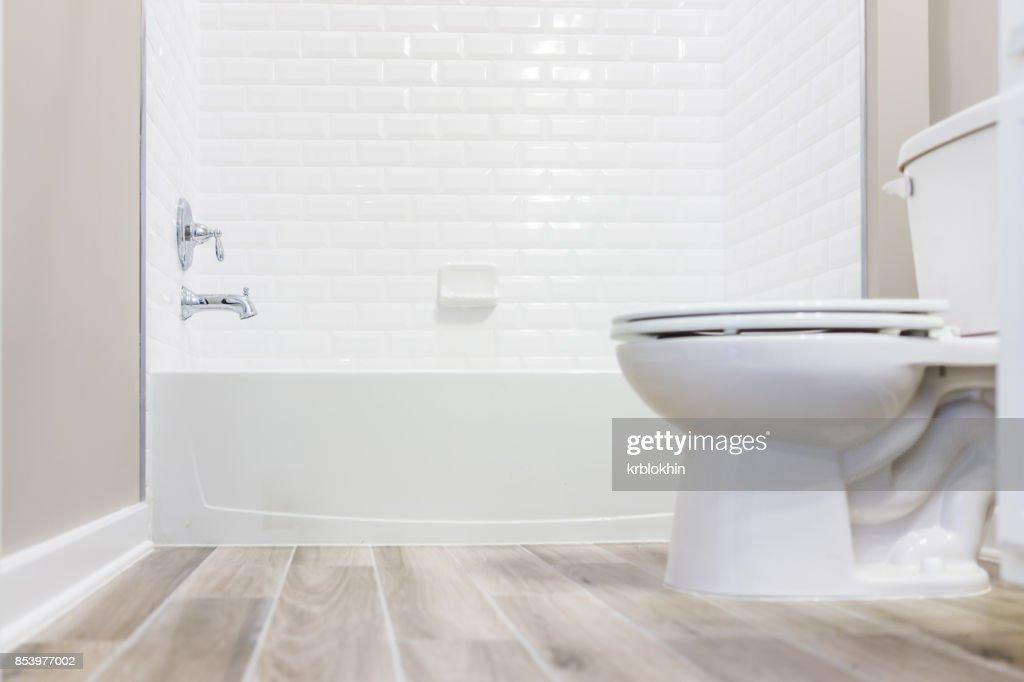 Moderne Blanc Ordinaire Propre Toilette Salle De Bain Avec Douche Carrelage  Et Du Parquet Du Niveau