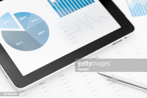 Tableta, lápiz y papel de sobre mesa