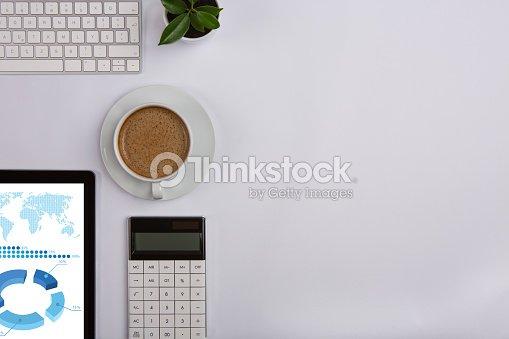 Lieu de travail moderne sur blanc bureau photo thinkstock