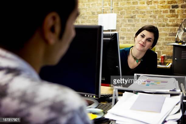 Dialog zwischen Kreative Profis in einem modernen Büro