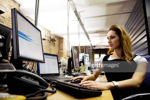 Geschäftsfrau Programmierer Arbeiten an Ihrem Schreibtisch