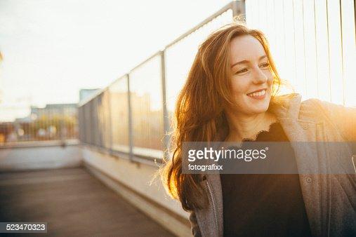Moderno mulher jovem Retrato em Cena Urbana com Retroiluminado