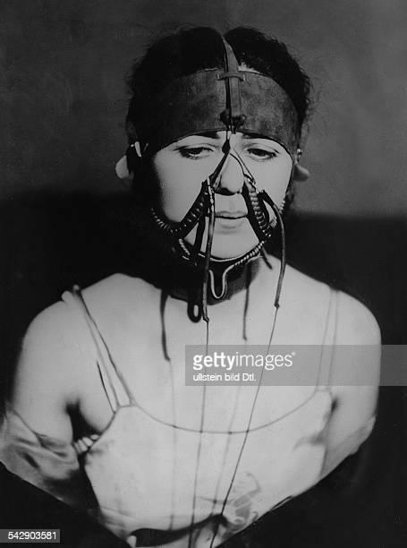 Moderne Technik zur Vervollkommnung der Schönheit Eine Maske die das Doppelkinn verringert und gleichzeitig das Profil verschönert London...