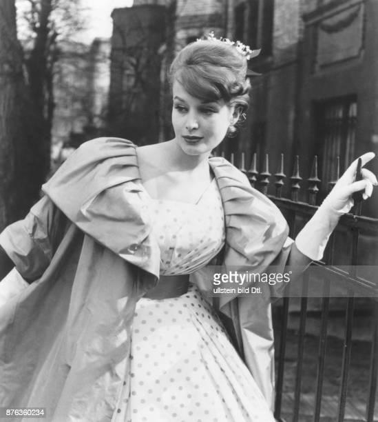 * Modeschöpfer D Abendcomplet mit einem Matnel aus grünem Taft und einem Kleid aus getupfter weisser Seide März 1959