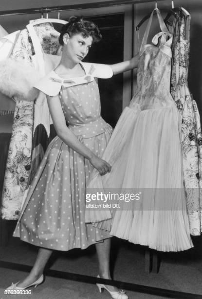 * Modeschöpfer D Modell 'Papi geht mit mir konditern' Kleid aus weissgetupfter Baumwolle mit gesteiftem grossem Kragen dazu ein sogenannter 'Take it...