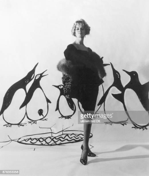* Modeschöpfer D schmales dunkles Kleid mit einer Felljacke 1959