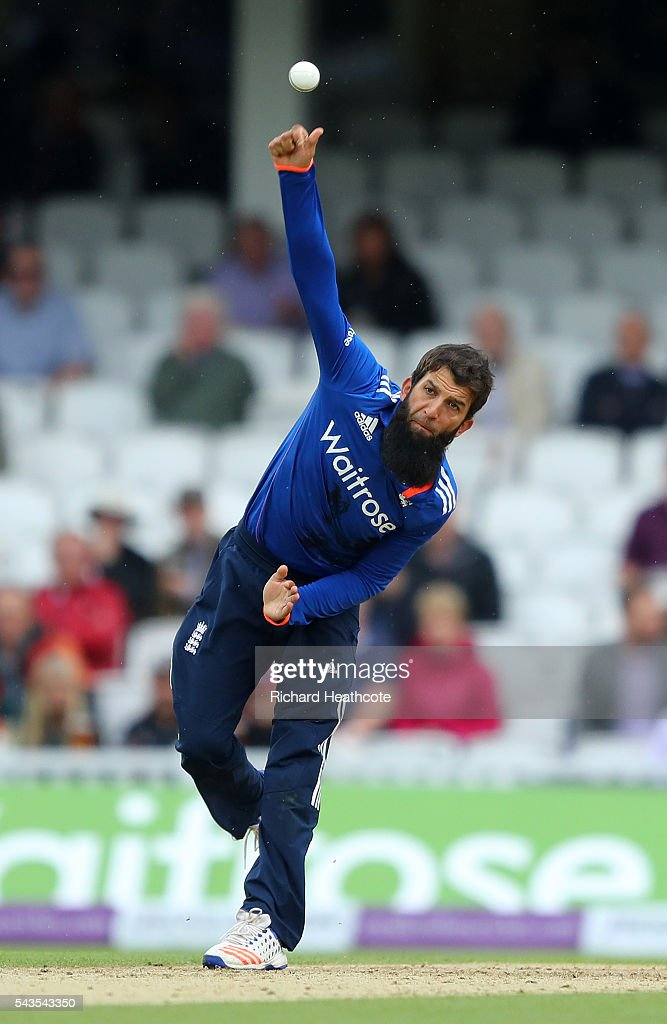 <a gi-track='captionPersonalityLinkClicked' href=/galleries/search?phrase=Moeen+Ali&family=editorial&specificpeople=571813 ng-click='$event.stopPropagation()'>Moeen Ali</a> of England bowls during the 4th Royal London ODI between England and Sri Lanka at The Kia Oval on June 29, 2016 in London, England.
