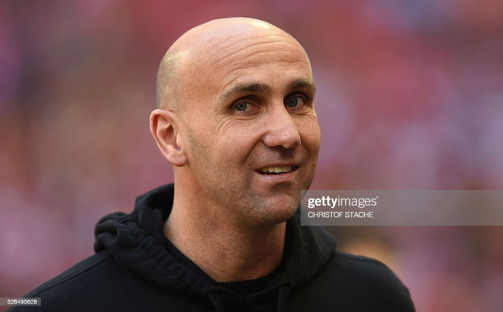 Moenchengladbach's headcoach Andre Schubert looks on ahead the German first division Bundesliga football match Bayern Munich vs Borussia Moenchengladbach in Munich, southern Germany, on April 30, 2016. / AFP / CHRISTOF