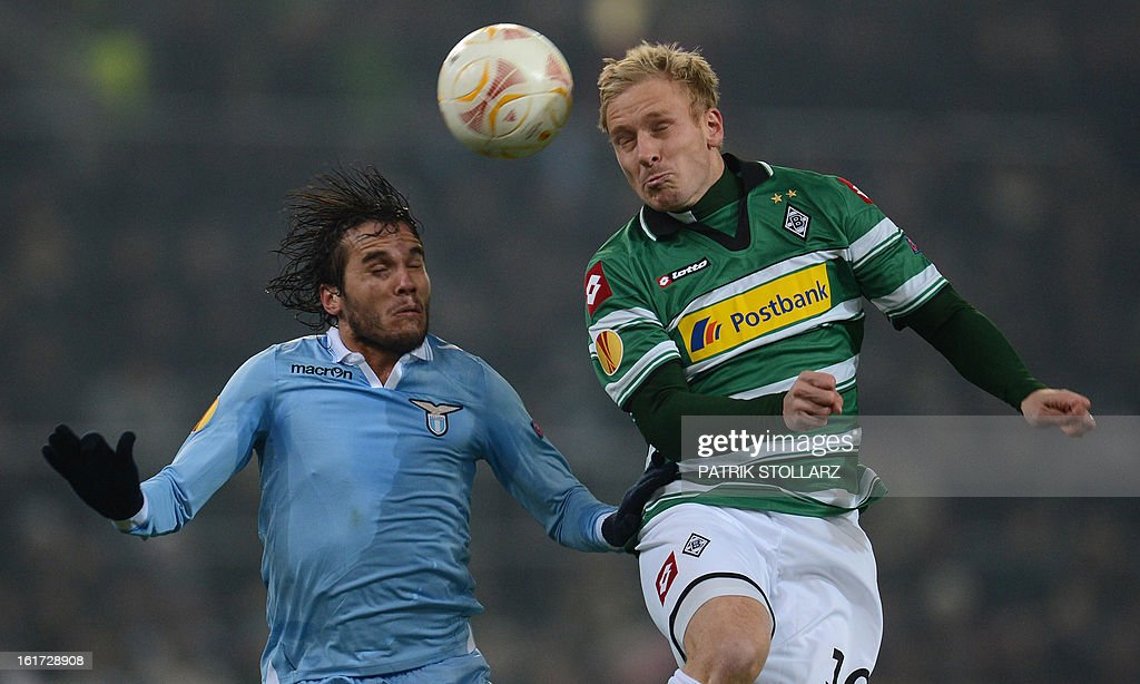 Moenchengladbach's striker Mike Hanke (R) vvies with Lazio´s Hernanes during the UEFA Europa League football match VfL Borussia Moenchengladbach vs SS Lazio on February 14, 2013 in Moenchengladbach, western Germany. AFP PHOTO / PATRIK STOLLARZ