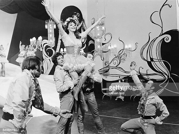 Moffo Anna *Opernsaengerin Schauspielerin USA Auftritt in ihrer ersten SFBShow tanzt mit einer Maennergruppe im Kostuem Januar 1970