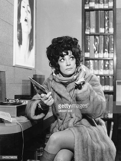 Moffo Anna *Opernsaengerin Schauspielerin USA Halbportrait im Pelzmantel in Berlin anlaesslich ihrer ersten SFBShow Januar 1970