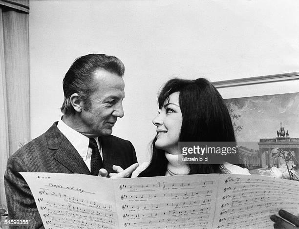 Moffo Anna *Opernsaengerin Schauspielerin USA mit dem Opernsaenger Rudolf Schock anlaesslich gemeinsamer Plattenaufnahmen in Berlin 1971