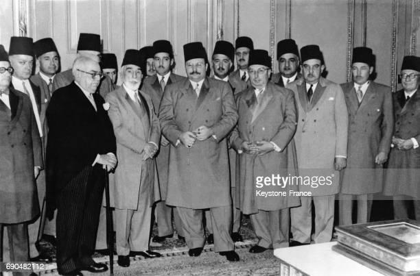 Mohamed Aly Ibrahim l'Aga Khan III le prince Mohamed Aly le roi Farouk le prince Abdel Moheim et Mohamed Aly Raouf après la signature du contrat de...