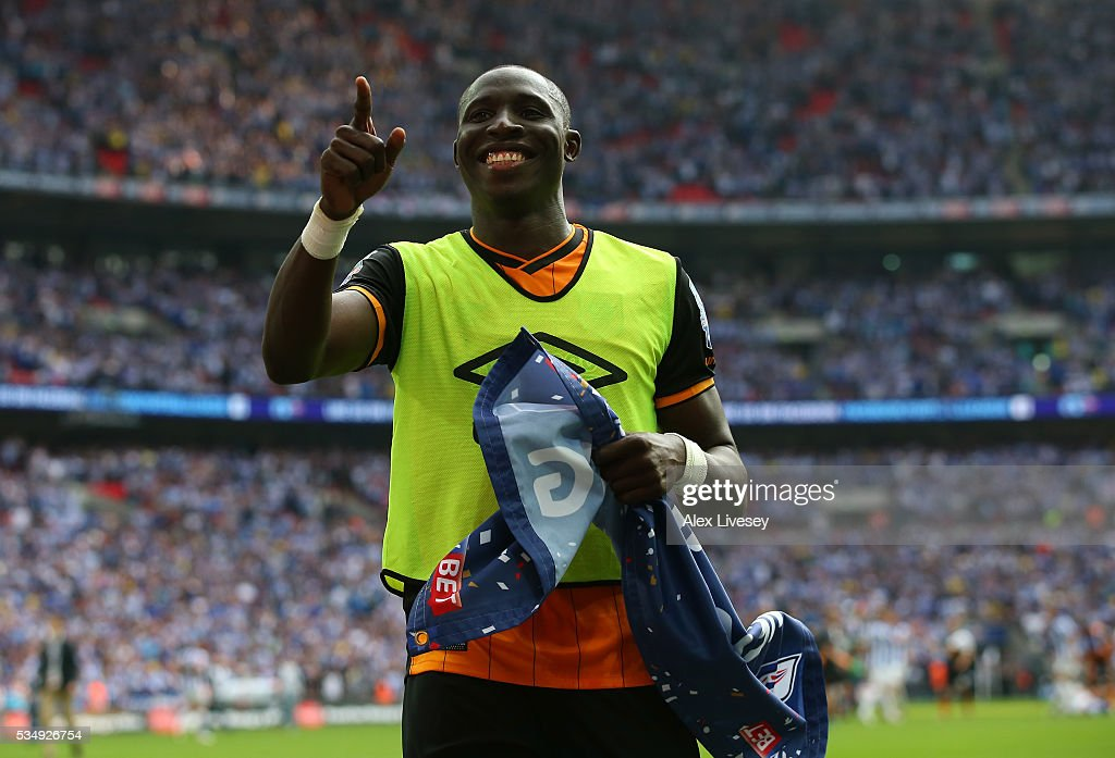 Mohamed Diame of Hull City acknowledges the victorius fans after the Sky Bet Championship Play Off Final match between Hull City and Sheffield Wednesday at Wembley Stadium on May 28, 2016 in London, England.