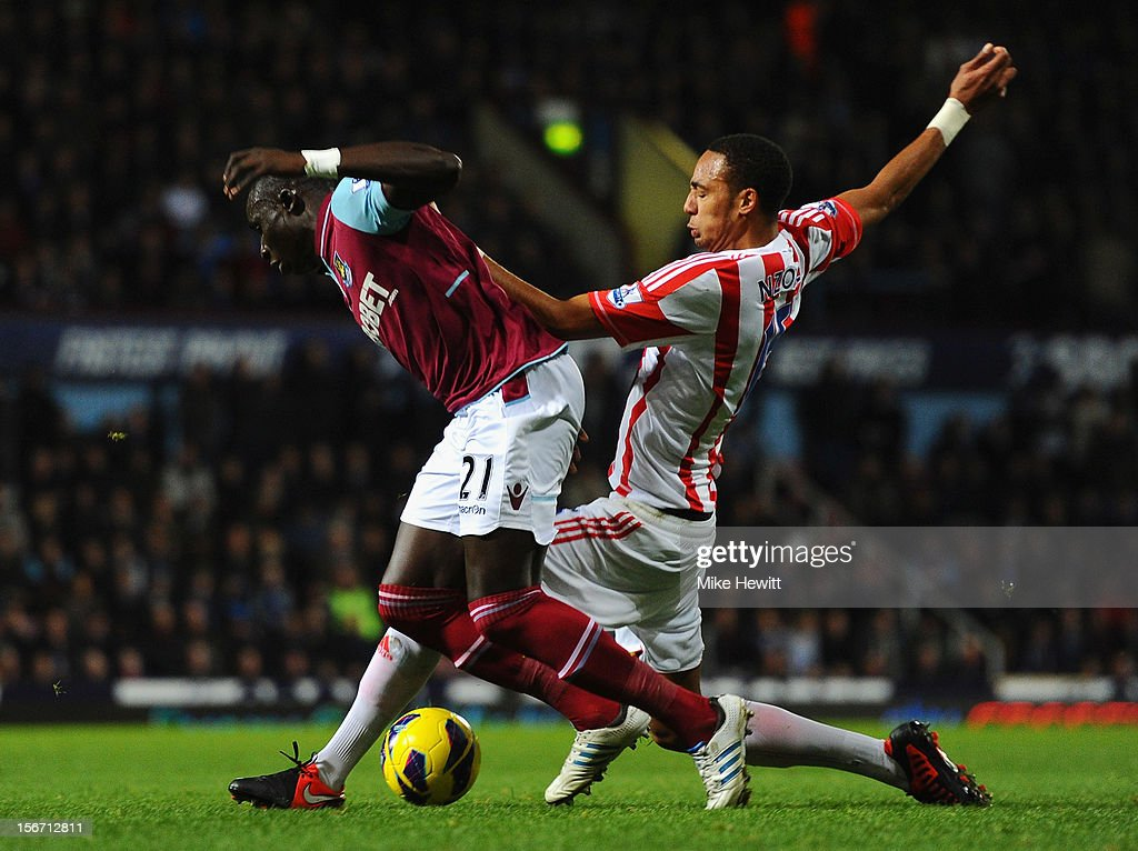 Mohamed Diame of West Ham United is challenged by <a gi-track='captionPersonalityLinkClicked' href=/galleries/search?phrase=Steven+N%27Zonzi&family=editorial&specificpeople=6324480 ng-click='$event.stopPropagation()'>Steven N'Zonzi</a> of Stoke City during the Barclays Premier League match between West Ham United and Stoke City at the Boleyn Ground on November 19, 2012 in London, England.