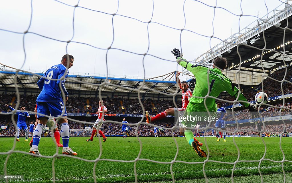 Mohamed Salah of Chelsea scores the opening goal past <a gi-track='captionPersonalityLinkClicked' href=/galleries/search?phrase=Asmir+Begovic&family=editorial&specificpeople=4184467 ng-click='$event.stopPropagation()'>Asmir Begovic</a> of Stoke City during the Barclays Premier League match between Chelsea and Stoke City at Stamford Bridge on April 5, 2014 in London, England.