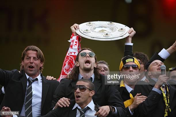 Mohamed Zidan Roman Weidenfeller und Neven Subotic mit Meisterschale Deutscher Fussball Meister 2011 Borussia Dortmund feiert mit seinen Fans vor den...