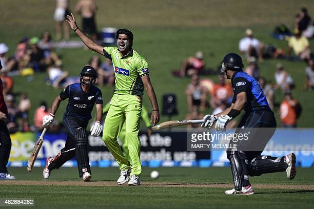 Mohammad Irfan of Pakistan appeals for a run out call on New Zealand's Ross Taylor as New Zealand's Grant Elliott looks on during the second oneday...