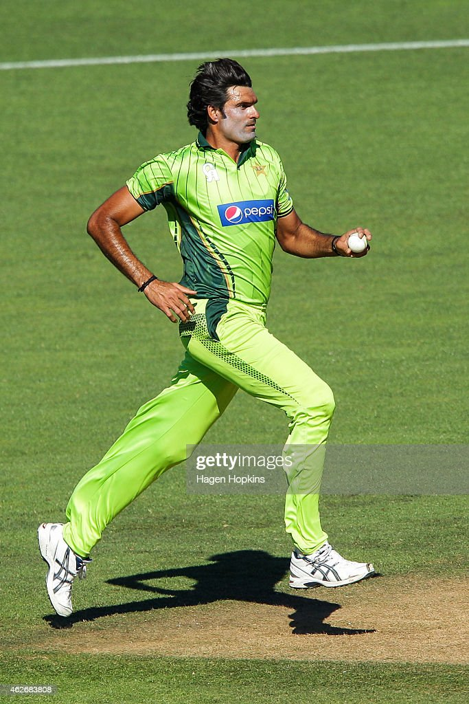 <a gi-track='captionPersonalityLinkClicked' href=/galleries/search?phrase=Mohammad+Irfan+-+Cricketspieler&family=editorial&specificpeople=10986295 ng-click='$event.stopPropagation()'>Mohammad Irfan</a> of Pakistan bowls during the One Day International match between New Zealand and Pakistan at McLean Park on February 3, 2015 in Napier, New Zealand.